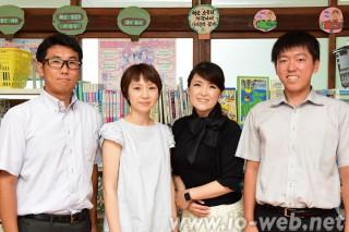 左から、李基成さん(40、教務主任・英語分科責任者)、李景仙さん(36、講師・5年生の英語担当)、梁聖錦さん(42、講師・1、4、6年生の英語担当)、尹昇紀さん(23、同校教員・2、3、6年生の英語担当)