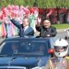 10万人の平壌市民の歓迎を受ける文在寅大統領(左)