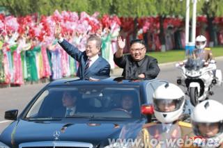 平壌国際空港から百花園迎賓館に向かう沿道では、約10万人の平壌市民が熱烈に歓迎した