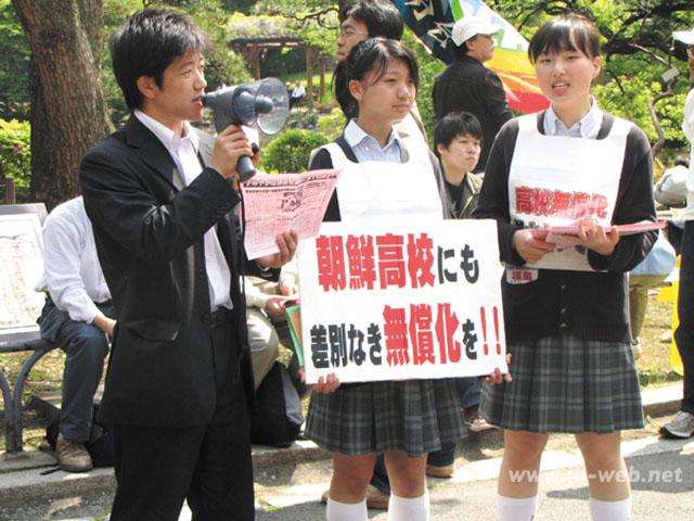 GW中、日比谷野外音楽堂周辺で街頭宣伝を行った神奈川朝鮮中高級学校の高級部生たち