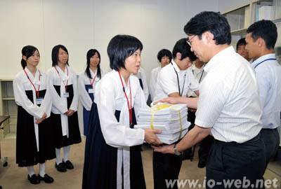 50万筆の署名を文科省に渡す各地の朝高生(2010年7月)