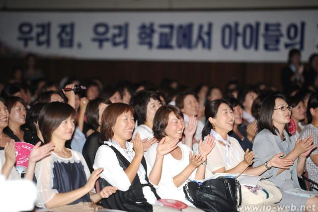 日本各地から集まったオモニたち。東京中高生たちの公演に拍手を送る